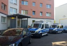Mit Streifenwagen und Zivilfahrzeugen ist die Polizei vor allem in Neustadt im EInsatz. Dort führt sie einen Schlag gegen die Drogenszene. (Foto: mag)